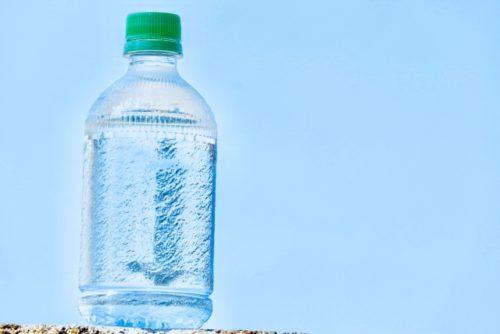 ジュースではなく常温の水を飲む